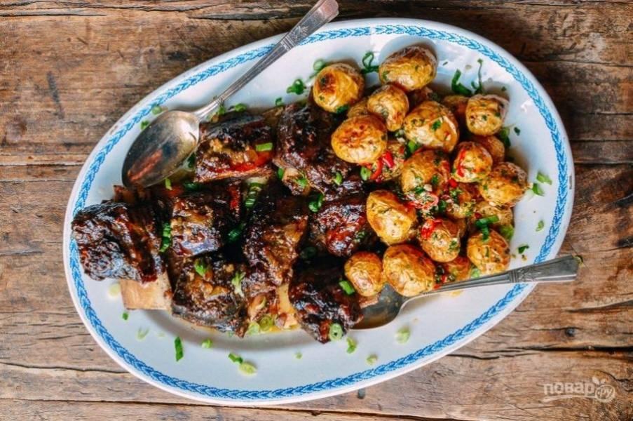8.Выложите в большую тарелку картофель и ребрышки, подавайте блюдо к столу теплым.