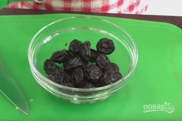 4. Начинаем готовить второй вариант салата. Для этого залейте чернослив кипятком на 15 минут.