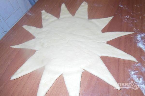 Сделайте лучики на лепёшке, сохраняя центр размером, как форма для выпечки. Лишнее оставьте.