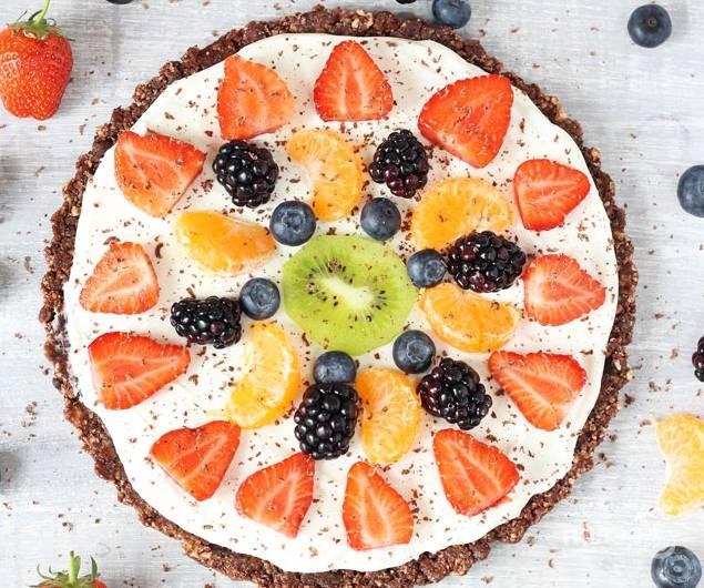 Теперь пришло время украсить наш десерт. Очистите киви и мандарин. Киви нарежьте, мандарин поделите на дольки. Выложите на крем эти фрукты и любые ягоды. Все, нашу фруктовую пиццу можно подавать.