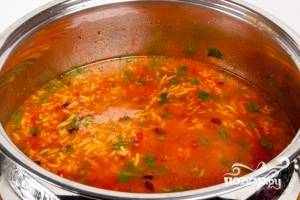 Если нужно добавить воды. Накрыть крышкой и варить на медленном огне 5 минут. Суп готов!