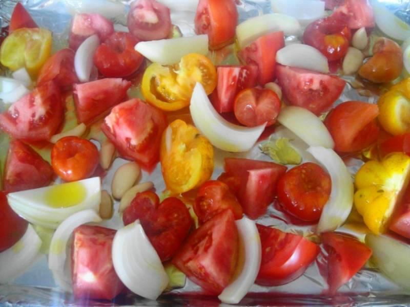 Овощи разложите на противень, покрытый фольгой. Запекайте 20-30 минут в разогретой духовке.