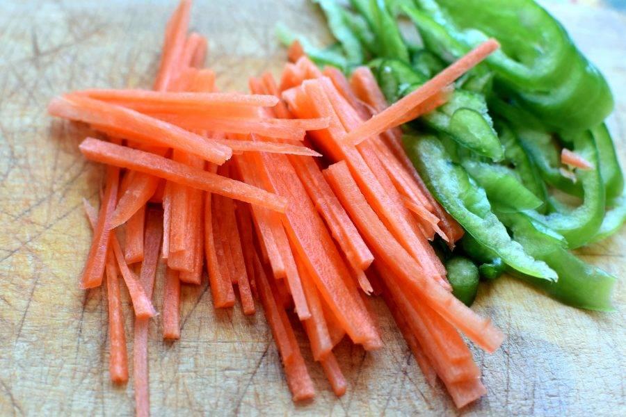 Нашинкуйте морковь тонкой соломкой, а перец — полукольцами. Опустите в суп и дайте закипеть. Затем добавьте стрелки чеснока, нарезанные небольшими кусочками, и снова дайте закипеть.