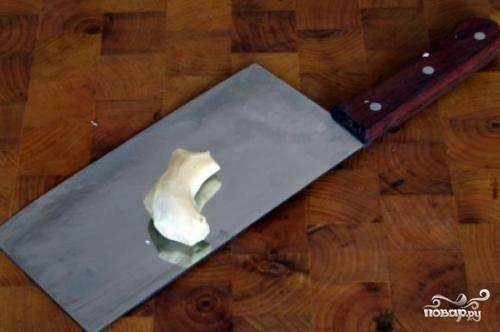 Теперь очищаем корень имбиря. Очень хорошо, если это будет молодой имбирь, тогда он придаст блюду пикантность и остроту.