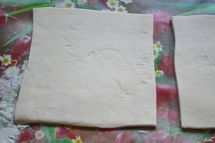Тесто разморозьте, раскатайте его. Порежьте на квадраты 10 на 10 см.