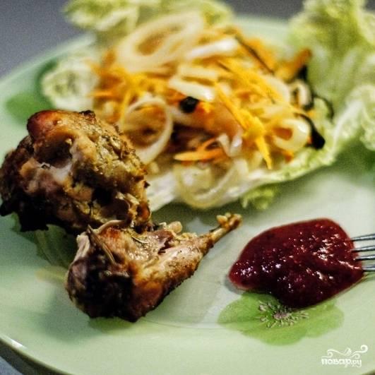 По истечению оговоренного времени блюдо будет готово к подаче. Мясо кролика подаем с запеченными овощами и соусом (хорошо подойдет кетчуп). Приятного!