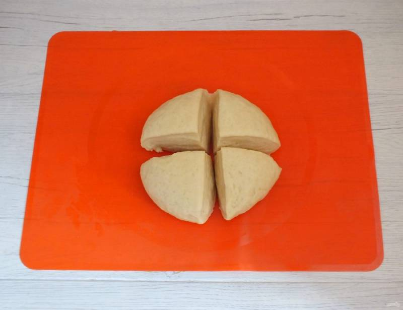 По истечении времени достаньте тесто из холодильника. Разделите на 4 части.
