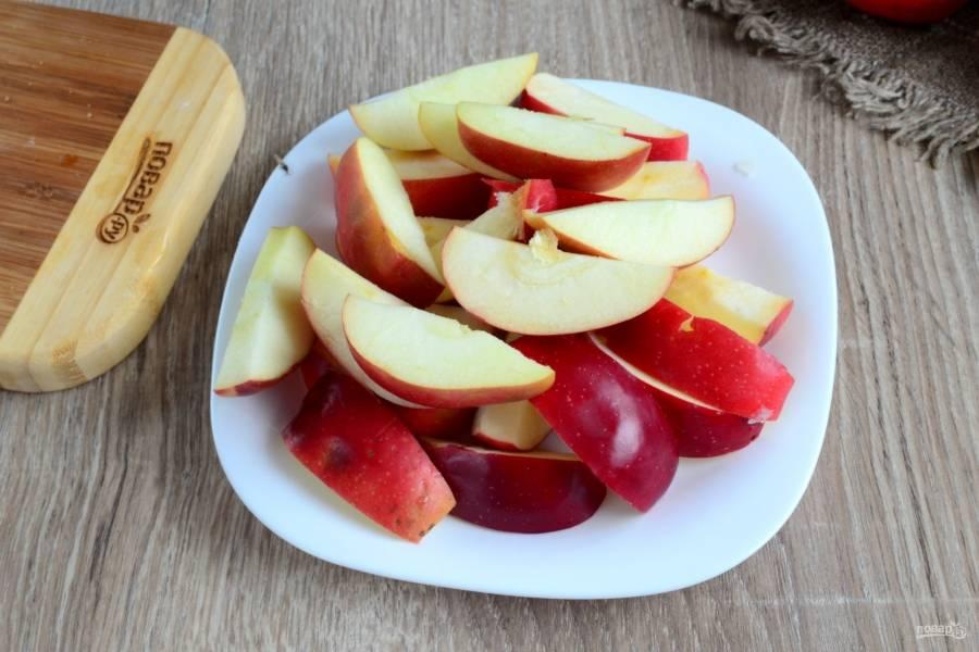 Яблоки порежьте дольками, удалите у них семенную коробочку.