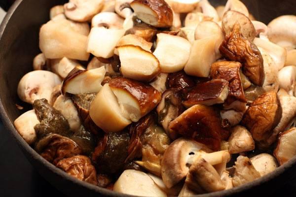 2. Теперь на сковороду отправляем белый грибы в таком же количестве. Жарим до полной готовности.