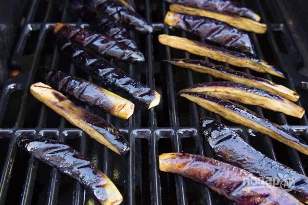 3.Разогрейте гриль и выложите кабачки, обжаривайте их до образования характерной корочки, затем уберите и обжаривайте баклажаны.