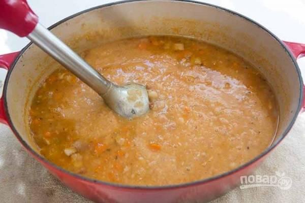 6.Погружным блендером несколько раз измельчите содержимое, если хотите оставить крупные кусочки или полностью сделайте из супа пюре, посолите.