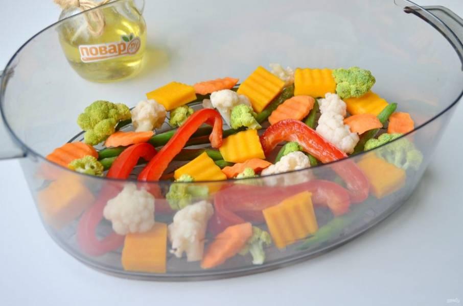 3. Уложите все овощи в специальный поддон пароварки так, чтобы между ними было небольшое расстояние для прохода пара.