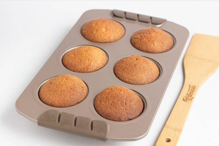 Наши кексы готовы! Дайте им полностью остыть и затем можно доставать из формы или как Вам удобнее.