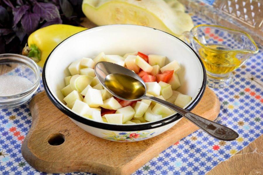 Влейте масло и уксус. Перемешайте и дайте постоять на столе 3-4 часа, чтобы выделился сок из овощей.
