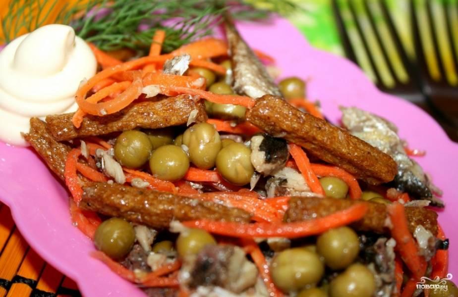 Заправьте салат майонезом, перемешав все ингредиенты. Если необходимо, добавьте соль и перец. Приятного аппетита!