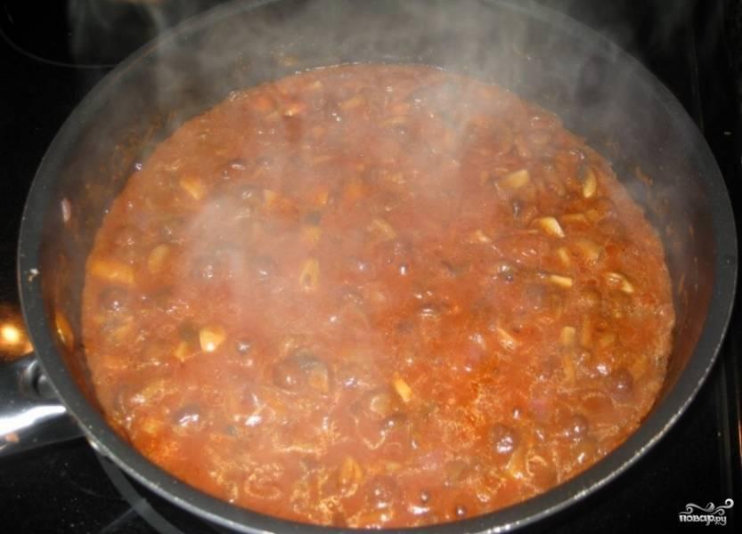 12.Затем выкладываем к мясу нарезанные овощи и тушим дальше на маленьком огне примерно 15 минут. Солим, перчим, добавляем специи.
