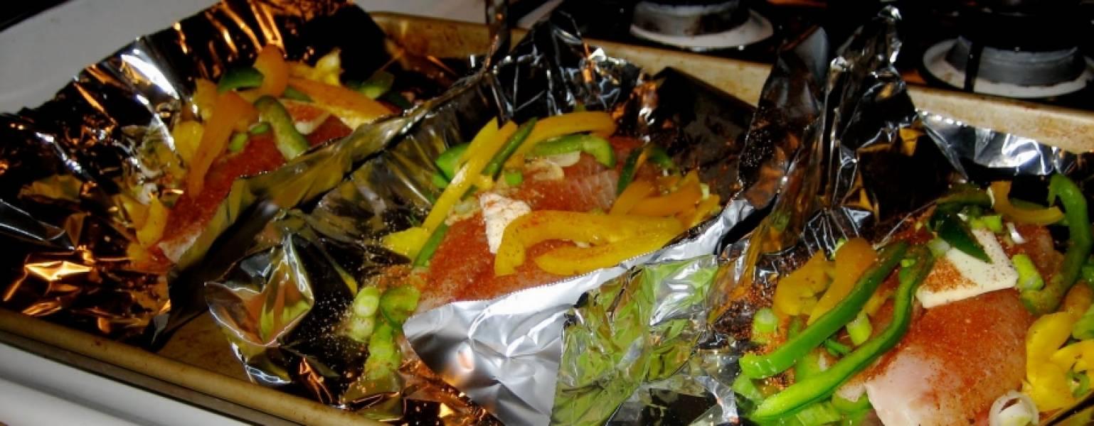 5. Чтобы тилапия в фольге в домашних условиях была сочнее, сверху рыбку можно взбрызнуть оливковым маслом или, как в данном случае, добавить небольшой кусочек сливочного масла.
