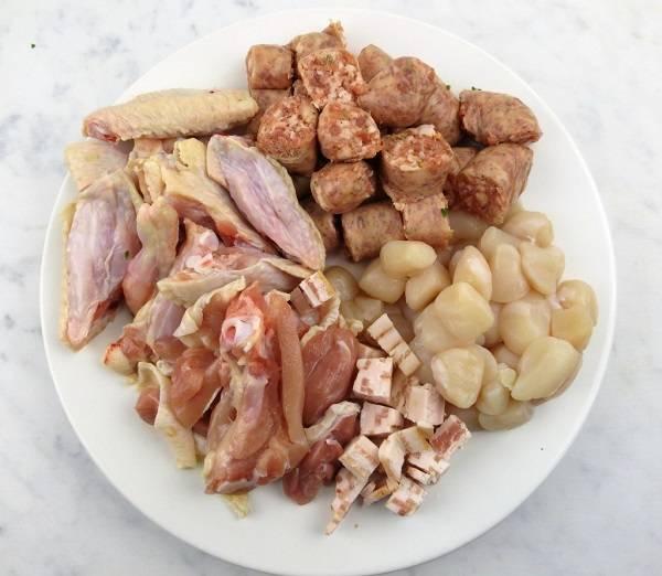 3. Тем временем можно заняться курицей и прочими мясными ингредиентами. Их нужно тщательно вымыть и нарезать небольшими кусочками. В рецепт приготовления паэльи с курицей и овощами лучше использовать также немного любимых морепродуктов.