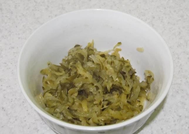 Маринованные огурцы также измельчаем на терке и добавляем немного масла.