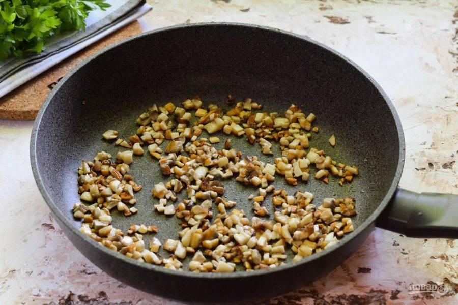 В сковороде прогрейте масло и выложите грибы, жарьте 3-4 минуты.