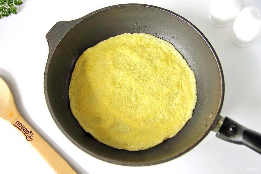 Из приготовленного теста на смазанной маслом сковороде испеките три блинчика.