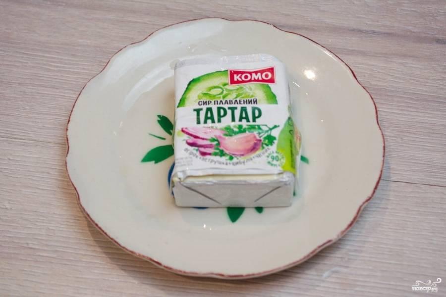 Для приготовления блюда нам необходим плавленый сырок. Я взяла вот такой сырок. Марку продукта показываю не для рекламы. У данного продукта подходящий вкус для приготовления нужного соуса.