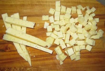 Порежьте сыр кубиками.