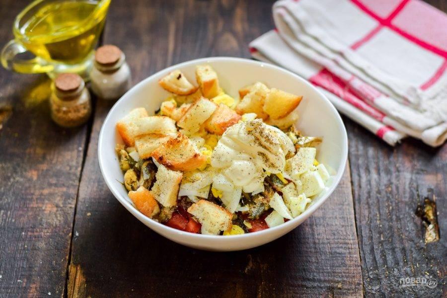 В салат выдавите зубчик чеснока, добавьте майонез, соль и перец, сухарики. Перемешайте все и подавайте салат к столу. Чтобы сухари не размокли, салат нужно есть сразу.