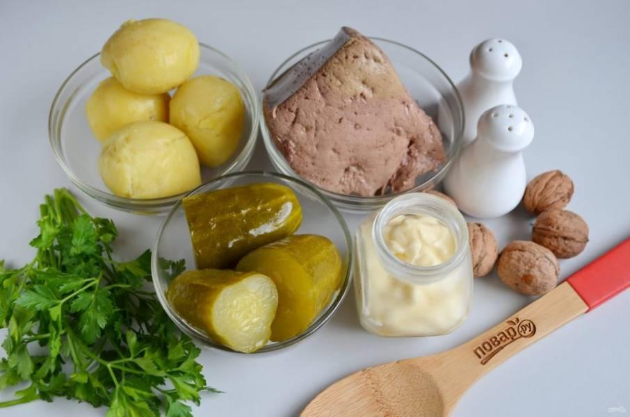"""1. Подготовьте продукты. Картофель отварите в """"мундире"""", остудите и очистите. Говяжью печень очистите от пленок и отварите в соленой воде в течение 30 минут."""