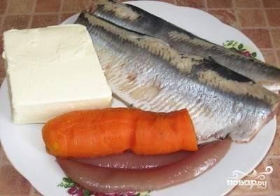 1.Сельдь разделайте на филе и освободите от костей. Молоки или икру (если они есть) тоже вполне можно добавить в форшмак. Морковь отварите и почистите.