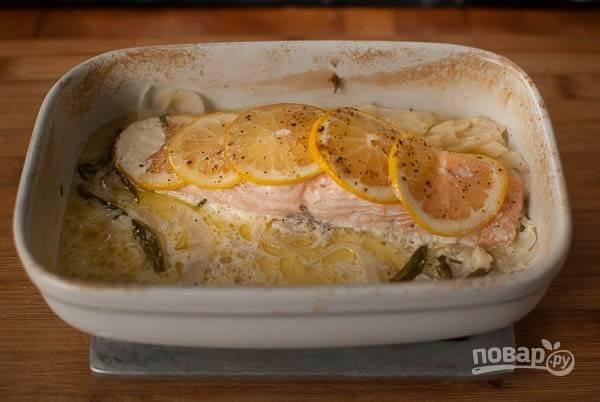 Жар в духовке убавьте до 180, покройте форму фольгой и отправьте готовиться на 20 минут. Все готово.