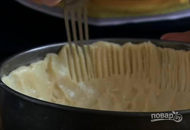 4. Разделите тесто на 2 части. Одну отправьте в морозилку, вторую выложите в разъемную форму и сформируйте высокие бортики.