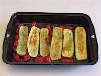Кладем томаты в смазанную маслом форму для запекания. Сверху выкладываем кабачки. Солим и перчим.