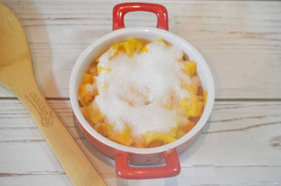 3. В жаропрочную форму выложите тыкву, посыпьте корицей и сахаром.