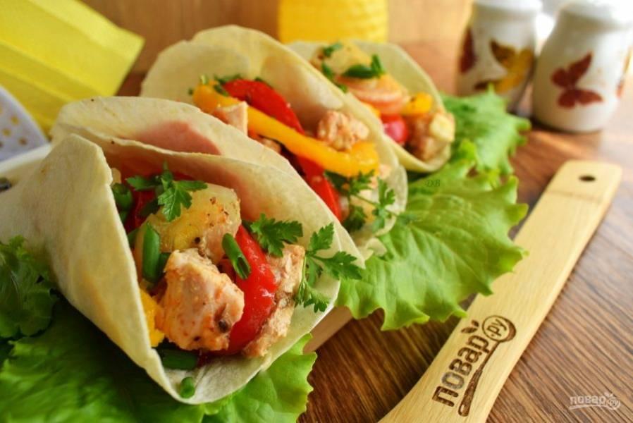 Выложите мясо с овощами в лепешки, посыпьте измельченной зеленью. Подавайте с любимым острым соусом, но можно и со сметаной. Приятного аппетита!