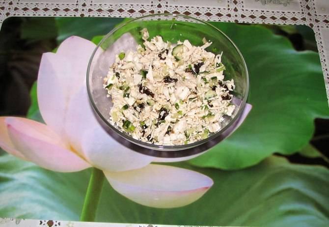Смешать в салатнике нарезанные грудку, огурец, белки, чернослив и лук. Добавить половину грецких орехов и соль по вкусу. Заправить салат майонезом или натуральным йогуртом.
