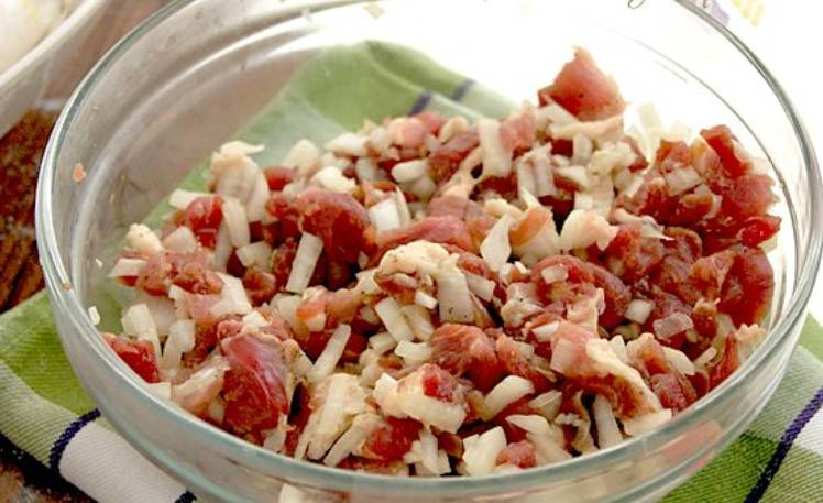 Нарезаем баранину мелкими кусочками, смешиваем ее с измельченным луком. Кроме того, добавляем бараний жир, зелень и специи.