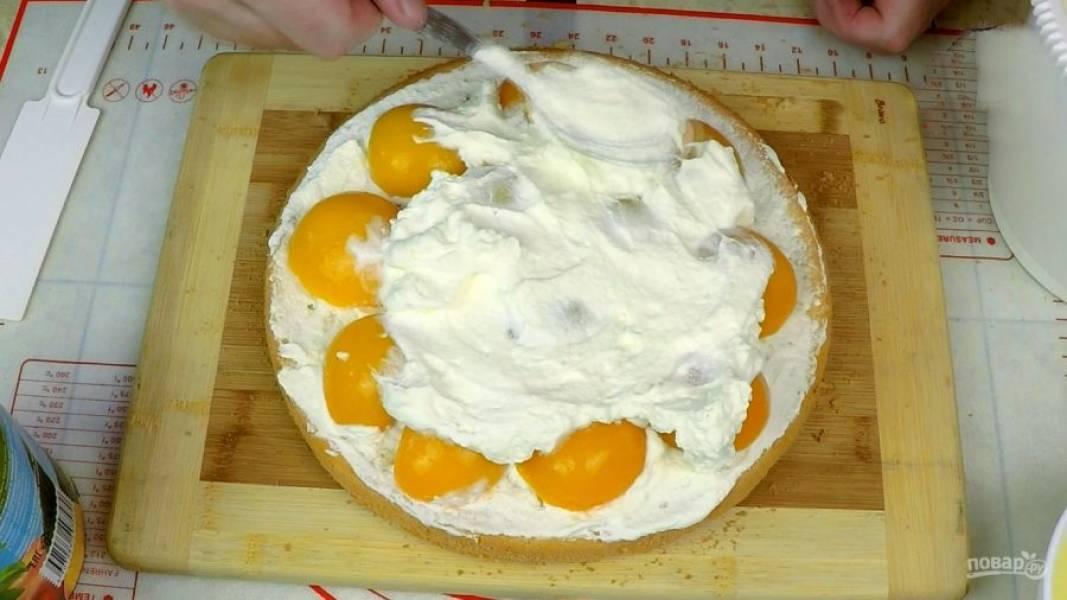 Сверху кладу половинки персиков, покрываю сливками, заполняя всё пространство между персиками.