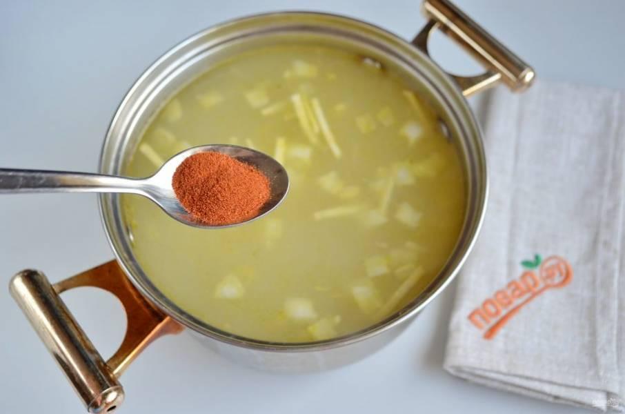4. Переложите овощи в кастрюлю, добавьте к ним рис, паприку, бульон. Варите под крышкой при слабом кипении 25 минут.