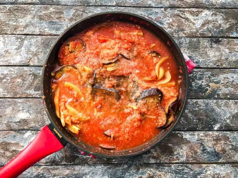 Тушите овощи под закрытой крышкой на медленном огне 30-40 минут.
