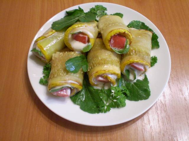 Уложите на тарелку, украсьте помидорами и зеленью. Подавайте к столу как теплыми, так и в холодном виде.