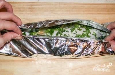 3.Каждую тушку положите на сложенный вдвое лист фольги, который должен быть несколько больше самой рыбины.
