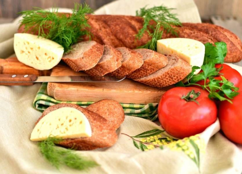 Очень вкусны эти багеты с сыром и помидорами, со свежей зеленью и сливочным маслом!