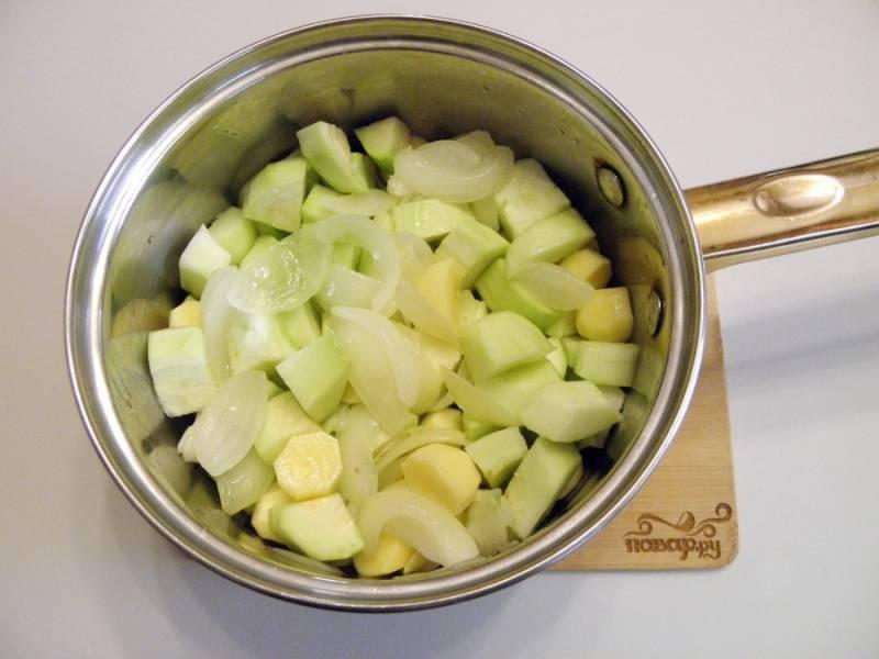 3. Порежьте кубиками картофель и кабачок. Добавьте их к луку, обжаривайте минуту.