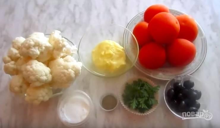Первым делом подготовьте продукты, хорошо вымойте помидоры, а капусту отварите до мягкости в подсоленном кипятке.