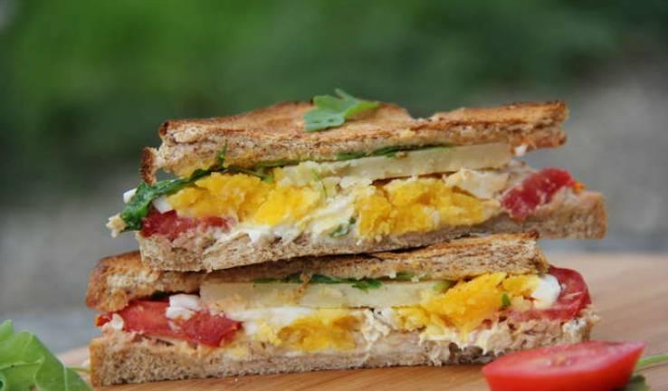 Разрезаем сэндвичи по диагонали — и наслаждаемся. Приятного аппетита!