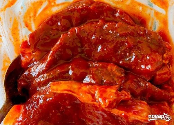3. Достаньте мясо из холодильника, пусть полежит полчасика перед тем, как приступать к жарке.
