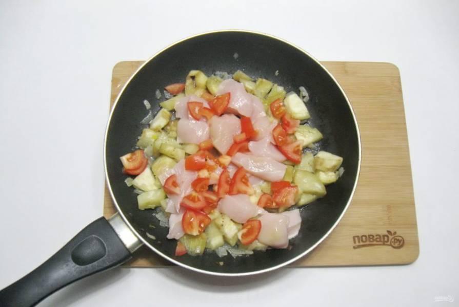 Помидор помойте, нарежьте и добавьте в сковороду.