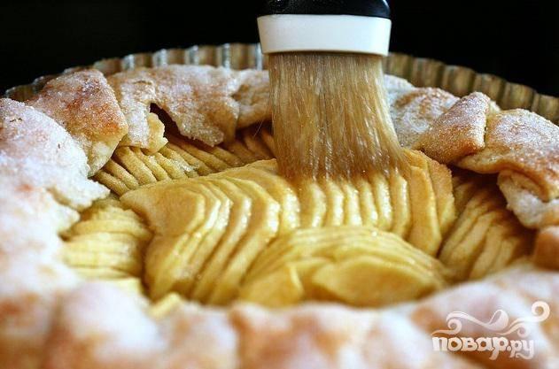 Убрать пирог из духовки и дать остыть в течение 15 минут. Полить сахарной глазурью, нарезать на ломтики и подавать.
