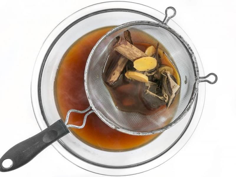 3.Спустя необходимое время процедите чай через сито, чтобы избавиться от всех специй.